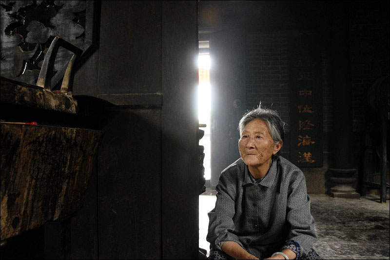 an elderly woman visits a temple to Hongsheng, a southern water deity popular during the Ming Dynasty