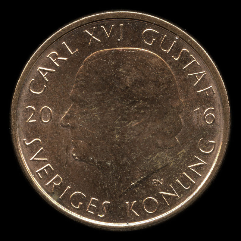 a Swedish two kronor coin featuring a portrait of King Carl XVI Gustaf on one side and the Three Crowns of Sweden on the other